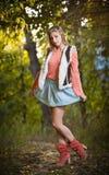 Красивая шикарная женщина с длинними ногами в парке осени. Стоковая Фотография