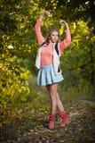 Красивая шикарная женщина с длинними ногами в парке осени. Стоковые Фотографии RF
