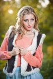 Красивая шикарная женщина с розовым свитером в парке осени. Стоковые Изображения