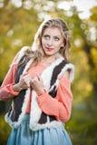Красивая шикарная женщина с розовым свитером в парке осени. Стоковая Фотография