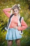 Красивая шикарная женщина с розовым свитером в парке осени. Стоковое Фото