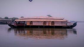 Красивая шлюпка в озере на Керале стоковые изображения