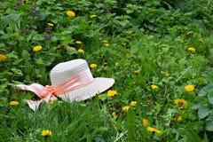 Красивая шляпа на glade в tsvetushih одуванчиков Прогулка весны Стоковое Изображение RF