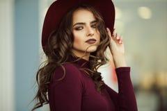 Красивая элегантная женщина носит одежды осени моды, концепцию падения стоковое изображение rf