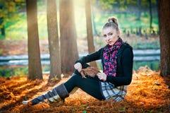 Красивая элегантная женщина в парке осени Стоковые Фотографии RF