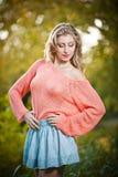 Красивая элегантная женщина в розовом свитере в парке осени. Стоковые Фотографии RF