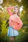 Красивая элегантная женщина в розовом свитере в парке осени. Стоковое фото RF