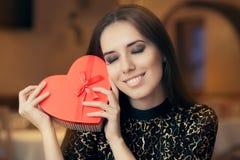 Красивая элегантная женщина держа подарок формы сердца Стоковое Изображение