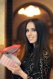 Красивая элегантная женщина держа подарок формы сердца Стоковые Фотографии RF