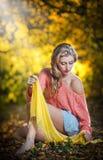 Красивая элегантная женщина с длинными ногами в парке осени. Стоковые Изображения RF