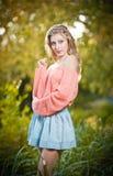 Красивая элегантная женщина с длинными ногами в парке осени. Стоковая Фотография