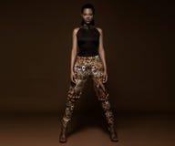 Красивая южно-африканская женщина с бронзой стоковые фото