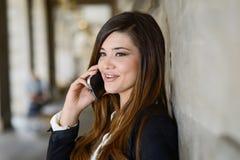 Красивая японская бизнес-леди в городском backgro Стоковые Изображения RF