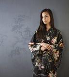 Красивая японская девушка в кимоно стоковая фотография