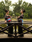 Красивая японская девушка женщины с ее двойником в кимоно в garde Стоковая Фотография