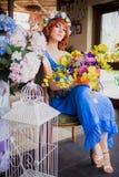 Красивая яркая красная с волосами девушка с цветками Фото принятое 08 22 2015 Стоковое Фото