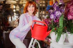 Красивая яркая красная с волосами девушка с цветками Фото принятое 08 22 2015 Стоковое Изображение RF