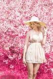 Красивая яркая усмехаясь мягкая сладостная девушка при длинное белокурое вьющиеся волосы нося шляпу с большими полями в sundress  Стоковое Изображение RF