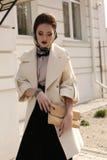 Красивая ladylike женщина в роскошном бежевом пальто с аксессуарами стоковое изображение