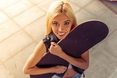 Красивая skateboarding девушка Стоковые Фото