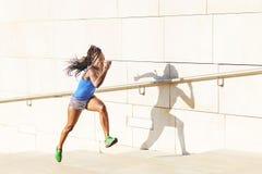 Красивая sporty африканская женщина бежать на лестницах, концепция здоровья стоковое фото rf