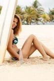 Красивая sporty девушка серфера на пляже Стоковое Изображение RF