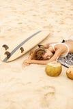 Красивая sporty девушка серфера на пляже Стоковые Изображения RF