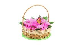 Красивая wattled корзина с искусственными цветками Стоковое Фото