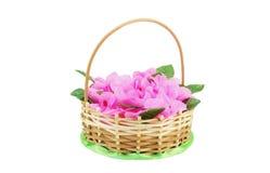 Красивая wattled корзина с искусственными цветками Стоковая Фотография