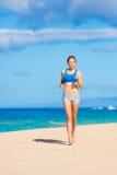 Красивейшая атлетическая женщина на пляже Стоковая Фотография