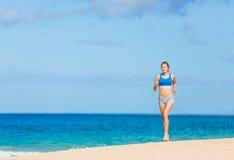 Красивейшая атлетическая женщина на пляже Стоковое Изображение RF