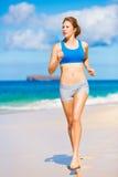 Красивейшая атлетическая женщина на пляже Стоковые Фото