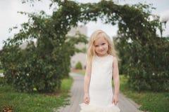 красивейшая белизна девушки платья Стоковое фото RF