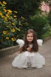 красивейшая белизна девушки платья Стоковые Фото
