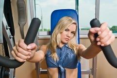 красивейшая белокурая гимнастика девушки стоковая фотография rf