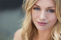 красивейшая белокурая голубых глазов женщина естественно стоковое фото rf