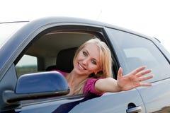 красивейшая белокурая девушка водителя Стоковая Фотография