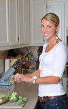 красивейшая белокурая делая женщина салата Стоковая Фотография