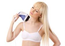 Красивейшая белокурая женщина используя massager Стоковые Изображения