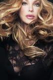 красивейшая белокурая женщина курчавых волос длинняя Стоковое Изображение