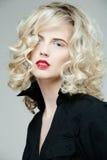 красивейшая белокурая женщина курчавых волос длинняя Стоковые Изображения RF