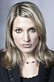 красивейшая белокурая серьезная женщина Стоковая Фотография RF