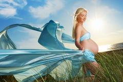 красивейшая беременная женщина outdoors Стоковое Изображение