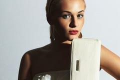 красивейшая белокурая женщина фасонируйте людей Стильная девушка с белой муфтой губы красные Стоковое Изображение RF