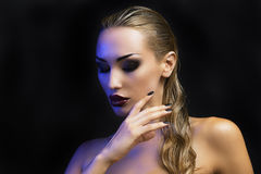 красивейшая белокурая сексуальная женщина Темная предпосылка Яркие глаза Smokey стоковое фото rf