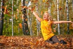 красивейшая блондинка выходит древесина scatters Стоковая Фотография RF