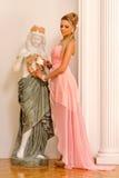 Красивейшая блондинка в роскошном интерьере. Стоковые Фотографии RF