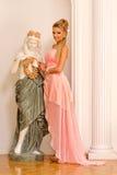 Красивейшая блондинка в роскошном интерьере. Стоковые Изображения RF