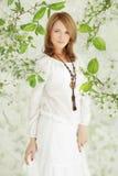 Красивейшая блондинка в саде вишни Стоковые Изображения RF