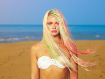 Красивейшая блондинка в ярких индийских цветах Стоковое фото RF